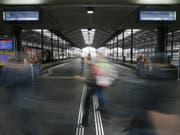 Mit Ausnahme der Zentralbahn fahren am Wochenende wegen Bauarbeiten keine Züge von und nach Luzern. Im Einsatz stehen zahlreiche Ersatzbusse. (Bild: KEYSTONE/URS FLUEELER)