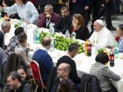 Papst Franziskus (2. von rechts) nahm nach der Messe mit Bedürftigen eine Mahlzeit ein. (Bild: KEYSTONE/EPA ANSA/ANGELO CARCONI)