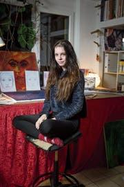Robin Schönbeck bei sich zu Hause in Nottwil. Malen ist ihr Hobby. (Bild: Manuale Jans-Koch (8.November 2018))