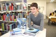 Literatur zur Meteorologie half Tim Furrer, den Einfluss des Wetters auf das Schwemmholz in Uri zu analysieren. (Bild: Remo Infanger, 16. November 2018)