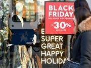 Schnäppchenjagd: Deutsche Detailhändler erwarten an Black Friday und Cyber Monday einen Umsatz von 2,4 Milliarden Euro. (Bild: KEYSTONE/WALTER BIERI)