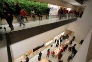 Kunden strömen in den neuen Apple-Laden auf den Champs-Elysées in Paris. (Bild: Michel Euler/AP, 18. November 2018)