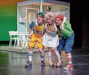Seppel (Tobias Graupner), Kasper (Fabian Müller) und die muntere Grossmutter (Anja Tobler) hecken Pläne aus. (Bild: Jos Schmid)