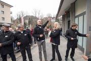 Freude nach dem Durchschneiden des roten Bandes und der offiziellen Wiederinbetriebnahme der Mühleggbahn.