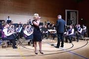Rita Bänziger singt mit der Musikgesellschaft. (Bild: Werner Lenzin)