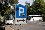 Reisecars beim Carparkplatz Brüelmoos. (Bild: Philipp Schmidli (Luzern, 30. August 2017)
