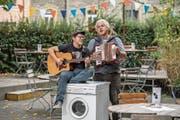 Das Kabarett-Duo Bastler & Grautier bei einem spontanen Auftritt vorm Kulturhaus Neubad in Luzern. (Bild: Pius Amrein (Luzern, 19. Oktober 2018))