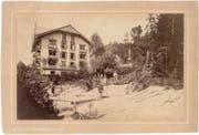 Foto um 1874: Blick vom Gletschergaren auf das neu erbaute Wohnhaus. In der Mitte hinten. leicht rechts, das Dach des Pavillons, in dem das Relief der Urschweiz ausgestellt war.