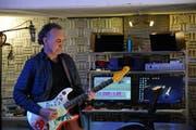 Ajay Mathur in seiner Lounge mit Studio in Stans am 14. Februar 2018.
