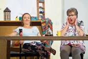 Die beiden Freundinnen Angela Bucheli als Niggi (links) und Priska Grossenbacher als Fränzi geben in der neuen Komödie des Theaters Horw ein seltsames Paar ab. (Bild: Eveline Beerkircher, 28. Oktober 2018)