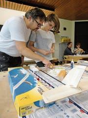 Unter Anleitung der Modellfluggruppe Nidwalden entstehen wahre Kunstwerke. Hier überlegt Marvel Hildebrand mit Vater Holger den nächsten Arbeitsschritt (Bild: Ruedi Wechsler (Oberdorf, 17. November 2018))