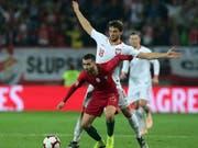 Portugals Rafa Silva (vorne) im Zweikampf um den Ball gegen Polens Bartosz Bereszynski (Bild: KEYSTONE/AP/MANUEL ARAUJO)
