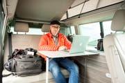 Mobiler Arbeitsplatz: Simon Walther ist oft mit seinem Bus unterwegs. Darin kann er seine Fotos bearbeiten und auch übernachten. (Bild: Beat Belser)