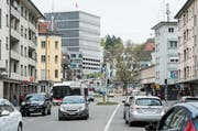 Die Zürcher Strasse im Zentrum des Lachen-Quartiers. Im Hintergrund ist der Bau des Bundesverwaltungsgerichts zu erkennen. (Bild: Hanspeter Schiess - 29. April 2014)