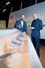 Museumsdirektor Marco Sigg (links) und Kurator Manuel Fabritz in der Sonderausstellung «gezeichnet. die ‹Buchenwaldkinder› auf dem Zugerberg» im Museum Burg Zug. (Bild: Maria Schmid (20. Nov. 2018)