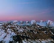 Die Churfirsten und vorne der Neuenalpspitz in der Abenddämmerung. (Bild: Simon Walther)