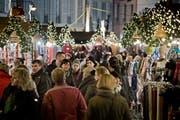 Auch auf dem Luzerner Franziskanerplatz gibt es in diesem Jahr einen Weihnachtsmarkt. (Bild: Pius Amrein, Luzern, 3. Dezember 2015)