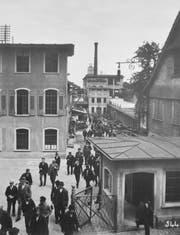 Arbon im Jahr 1910: Arbeiter verlassen nach Feierabend das Saurer Werk an der Schlossgasse. (Bild: PD)