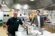 Sind zufrieden mit dem Geschäft: Inhaber Martin Enz (links) und sein Stellvertreter Benjamin Gratz. (Bild: Jolanda Riedener)