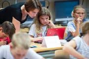 Im Lehrplan 21 gibt es für jeden Schüler ab der fünften Klasse ein eigenes Tablet zum Arbeiten. (Bild: Melanie Duchene / Keystone)