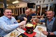 André Schlatter, Stadtratskandidat Beat Maier und Benno Schildknecht, Präsident der CVP-Ortspartei, an der Budget-Chäsete. (Bild: Manuel Nagel)