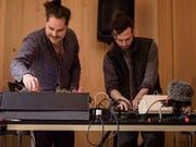 Tillmann Ostendarp und Adi Eberhard spielten als «Skiclub Toggenburg» elektronische Musik. (Bild: Sascha Erni)