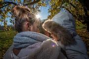 Franziska Weber mit ihrem Sohn, der ganz besonders viel Liebe und Betreuung braucht. (Bild: Pius Amrein, 12. November 2018)
