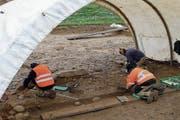 Vorsichtige Arbeit der Archäologen: In Sins werden wertvolle Funde gemacht. (Bild: Eddy Schambron)