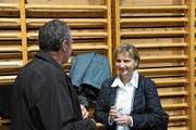 Nach dem geschäftlichen folgt der gemütliche Teil: Gemeindepräsidentin Vreni Wild unterhält sich mit Bürgern am Apéro nach der Bürgerversammlung. (Bild: Urs M. Hemm)