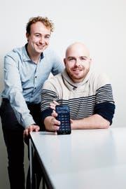 Robin Zürcher (links) und Daniel Moos bringen mit ihrer App «Ledgerdash» Ordnung in die Portfolios der Investoren von Kryptowährungen. (Bild: Stefan Kaiser (Zug, 19. November 2018))