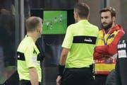 Schiedsrichter Paolo Silvio Mazzoleni (Mitte) schaut sich eine Szene im Match zwischen AC Milan und Juventus Turin am TV an. (Bild: Luca Bruno / AP (Mailand, 11. November 2018))