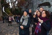 Das Selfie vor dem Löwendenkmal muss sein: Julia Zgraggen (rechts) auf ihrer Stadtführung zum Thema chinesische Touristen. (Bilder: Eveline Beerkircher (Luzern, 17. November 2018))