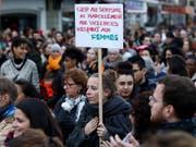 Nein zu Sexismus, Belästigung und Gewalt, dafür mehr Respekt gegenüber Frauen, fordert diese Teilnehmerin an der Kundgebung in Genf am Vorabend des Internationalen Tages gegen Gewalt an Frauen. (Bild: KEYSTONE/SALVATORE DI NOLFI)