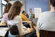 Expertin Aline Engler (stehend) gibt Eltern in einem Workshop Erziehungstipps. (Bild: Philipp Schmidli (Luzern, 24. November 2018))