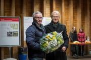Der abtretende Gemeindepräsident Fredi Widmer (rechts) überreicht seinem Nachfolger einen Blumenstrauss.