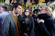 Dimitri Rougy, Co-Kampagnenleiter des Referendumskomitees, im Gespräch mit den Nationalrätinnen Silvia Schenker (SP, Mitte) und Aline Trede (Grüne, rechts). (Bild: Peter Klaunzer, Keystone)