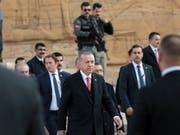 Schlägertrupps des türkischen Präsidenten Recep Tayyip Erdogan (Mitte) sollen sich laut der «NZZ am Sonntag» ihre Waffen in der Schweiz besorgt haben. (Bild: KEYSTONE/AP/BURHAN OZBILICI)