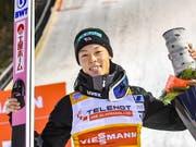 Ryoyu Kobayashi lässt sich in Kuusamo nach seinen ersten beiden Weltcupsiegen feiern. (Bild: KEYSTONE/EPA COMPIC/KIMMO BRANDT)