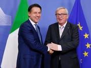 Der italienische Ministerpräsident Giuseppe Conte (links) hofft nach einem Gespräch am Samstagabend mit EU-Kommissionspräsident Jean-Claude Juncker (rechts), dass es nicht zu Sanktionen der EU gegen sein Land kommt. (Bild: KEYSTONE/EPA/JULIEN WARNAND)