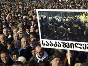 Die Organisatoren sprachen am Sonntag von mehr als 90'000 Teilnehmern bei der Protestveranstaltung in der Hauptstadt Tiflis. (Bild: Keystone/AP/SHAKH AIVAZOV)
