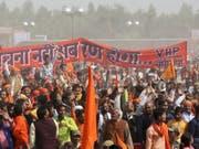 Kundgebung am Sonntag im indischen Ayodhya für den Bau eines Hindu-Tempels an der Stelle einer zerstörten Moschee. (Bild: Keystone/AP)