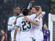 Michael Lang (rechts) lässt sich nach seinem ersten Tor in der Bundesliga feiern (Bild: KEYSTONE/EPA/FRIEDEMANN VOGEL)