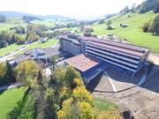 Der Neubau (vorne) besticht durch lichtdurchflutete Räume. Neu sind die Patientenzimmer rollstuhlgängig und verfügen über Balkone. (Bild: PD)