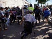Hunderte Menschen aus dem Flüchtlingstreck aus Zentralamerika haben in der mexikanischen Stadt Tijuana die Grenze zu den USA gestürmt. (Bild: KEYSTONE/AP/RAMON ESPINOSA)