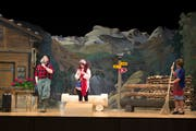 Auf Sepplis Alp gehts bald rund, als unerwartete Gäste auftauchen. Die Theatergruppe Neuheim feiert mit dem Stück «Älplerläbe» ihr 50-Jähriges. Bild: Maria Schmid (23. November 2018)