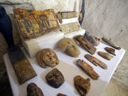 Funde aus dem Grab des Chef-Mumifizierers in der Totenstadt Al-Asasif bei Luxor. (Bild: KEYSTONE/EPA/KHALED ELFIQI)