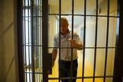 Gefangenenbetreuer Daniel Steiger öffnet eine Gittertür im Regionalgefängnis Altstätten. (Bild: Urs Bucher)