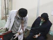 Ein mutmassliches Giftgasopfer erhält am Samstag in einem Spital in Aleppo Sauerstoff verabreicht. (Bild: Keystone/AP)