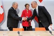 Handschlag zum Abschluss (von links): Johann Schneider-Ammann, Simonetta Sommaruga und Alain Berset am Ende der Medienkonferenz in Bern. (Peter Klaunzer/Keystone, 25. November 2018)
