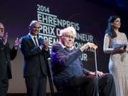 Der Zürcher Filmautor Alexander J. Seiler (Mitte) ist am 22. November 2018 im Alter von 90 Jahren gestorben. 2014 erhielt er beim Schweizer Filmpreis den Ehren-Quartz. Die Laudatio hielt Bundesrat Alain Berset (zweiter von links). (Bild: Keystone/ENNIO LEANZA)